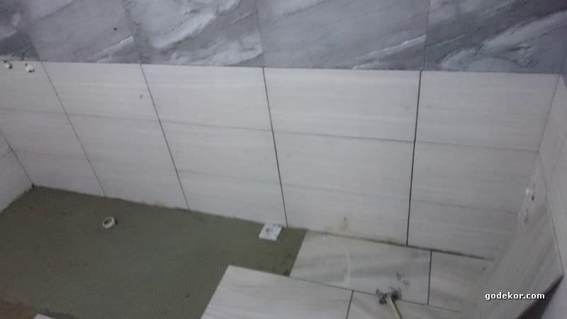 Dikkatli bakarsanız, duvardaki koyu kahve rengi defolu seramikte 5mm büyüklük görünüyor..