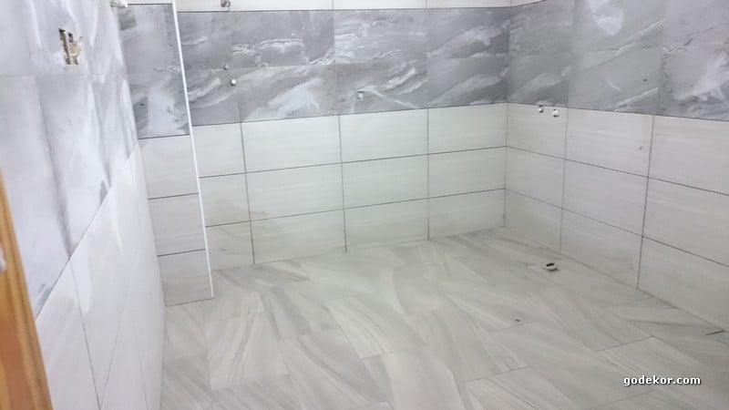Banyo duvarları defoyu uzaktan görmek biraz zor.